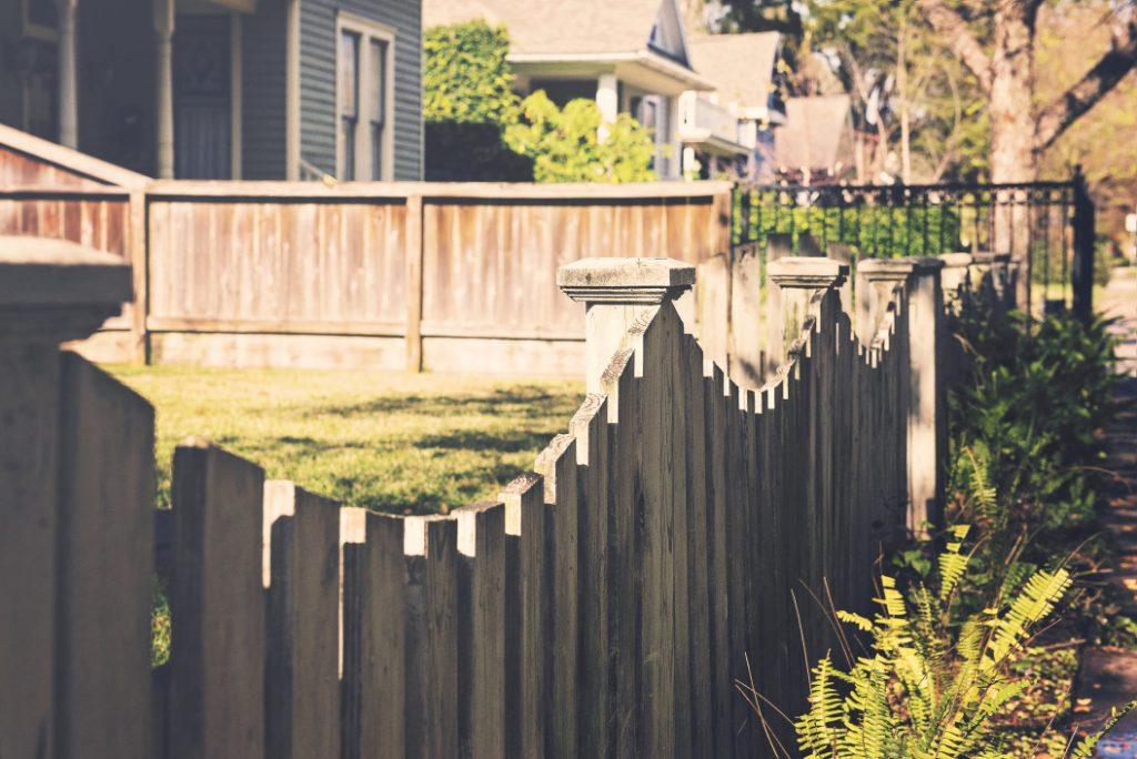 Terreno cercado com uma cerca de madeira. Entenda como requerer a retificação da área